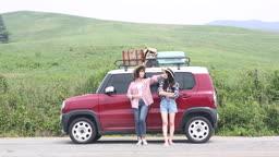 차 세우고 나와 잠깐 쉬고 있는 여자 여행자들
