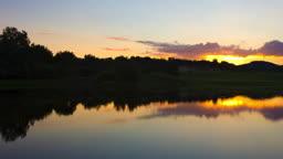 작은 호수 너머로 보이는 일출