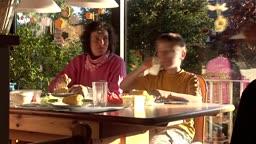 Familie bei Essen (Zeitraffer)