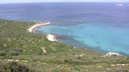 Blick auf eine Knste mit Strand mit blauem Wasser