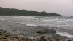 Blick auf eine Knste mit Strand und mit Wellen