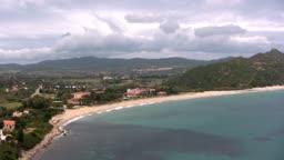 Blick auf eine Knste mit Strand und mit blauem Wasser