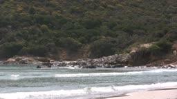 Blick auf einen Strand mit Dnnen im Hintergrund.