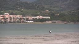 Blick auf einen Strand bei Ebbe mit Dnnen im Hintergrund.
