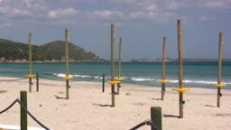 Blick auf einen Strand mit PfSlen bei Sonnenschein.
