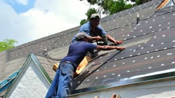Time lapse of roofers  in Miami, Florida installing new shingles on a residential home - Dachdecker in Miami installieren neue Dachschindeln