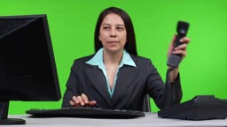 Geschaeftsfrau am Telefon - Green Screen Version --- business woman taking a phone call - green screen version.