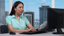 Junge Geschaeftsfrau mit Headset - Skyline Hintergrund --- Young business woman taking a phone call - skyline background.