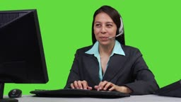 Junge Geschaeftsfrau mit Headset - Green Screen Version --- Young business woman talking on headset - green screen version.
