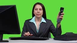 Junge Geschaeftsfrau am Telefon - Green Screen Version --- Young business woman talking on telephone - green screen version.