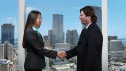 GeschSftspartner schntteln sich die HSnde - skyline version --- Business partners shaking hands - skyline version