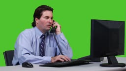 Junger Geschaeftsmann am Telefon - Green Screen Version --- Young business man taking a phone call - green screen version.
