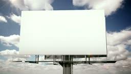 Plakatwand mit Wolkenhimmel