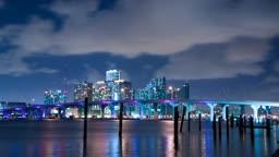 Zeitrafferaufnahme der Skyline von Miami bei Nacht - Time lapse of the Miami skyline at night