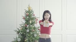 크리스마스 선물을 내미는 여자