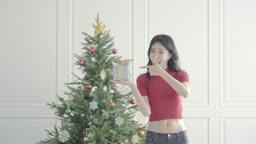 크리스마스 선물을 가리키며 좋아하는 여자