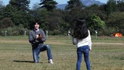 잔디밭에서 야구공을 주고 받는 아빠와 딸