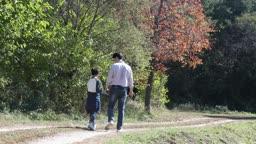 손잡고 산책하는 아빠와 아들 뒷모습
