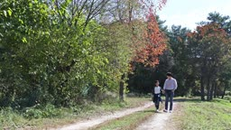 손잡고 산책하는 아빠와 아들