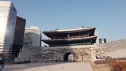 서울 중구 숭례문 앞에서 수문장과 사진 찍는 관광객 모습