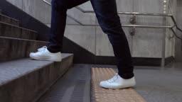 서울 지하철 출구 계단을 오르는 성인 남성의 다리 옆모습