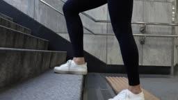 서울 지하철 출구 계단을 오르는 성인 여성의 다리 옆모습