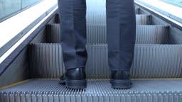 서울 지하도 에스컬레이터를 타고 올라가는 성인 남성 다리의 뒷모습