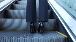 서울 지하도 에스컬레이터를 타고 올라가는 성인 여성 다리의 뒷모습