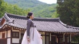 고택 앞 전통 한복 입은 여자
