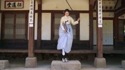 대청마루에서 신발신는 전통 한복 입은 여자