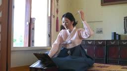 거울보며 머리단장하는 전통 한복 입은 여자