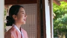 고택 안에서 경치 감상하는 전통 한복 입은 여자
