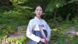 환하게 웃는 전통 한복 입은 여자