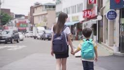 남동생이랑 손잡고 집에 가는 여학생 뒷모습