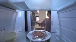 냉장고에서 먹다남은 햄 꺼내는 여자