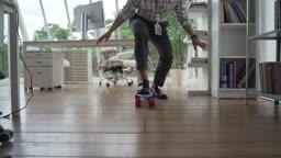 회사 안에서 스케이트보드타는 청년 (스타트 업)