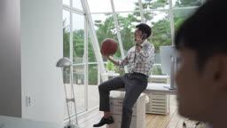 회사 안에서 농구공 가지고 놀며 통화하는 청년 (스타트 업)