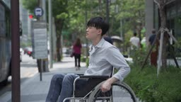 저상버스가 아니여서 못 타는 휠체어를 탄 남자