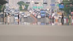 여름 폭염 속 아지랑이가 피어오르는 서울 여의도 횡단보도를 건너는 시민들