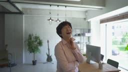 사무실에서 환하게 웃는 중년 여성 CEO