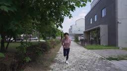 홀로 음악들으며 운동하는 중년 여성