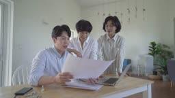 사무실에서 회의하는 직원들과 중년 여성 CEO