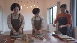 도자기 공방 클래스 도자기 만드는 중년 여성들