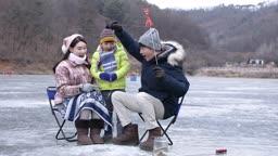 강원도 홍천군 겨울 저수지에서 얼음 빙어 낚시를 즐기는 가족