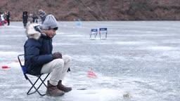 강원도 홍천군 겨울 저수지에서 얼음 빙어 낚시를 즐기는 남자