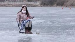 강원도 홍천군 겨울 저수지에서 얼음 빙어 낚시를 즐기는 여자