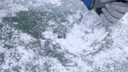 강원도 홍천군 겨울 저수지에서 얼음을 깨는 모습