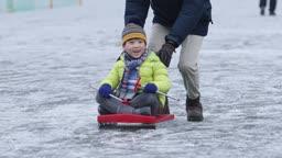 강원도 홍천군 겨울 얼음 저수지 위에서 썰매타는 남자 어린이