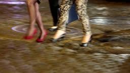 미국 뉴욕 첼시마켓 밤거리를 걷는 여성들의 하이힐 모습