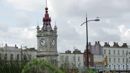 영국 켄트 가로등의 비둘기와 마게이트 시계탑 모습